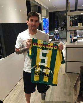 Messi posa, a principios de 2016, con la camiseta de Lamberti