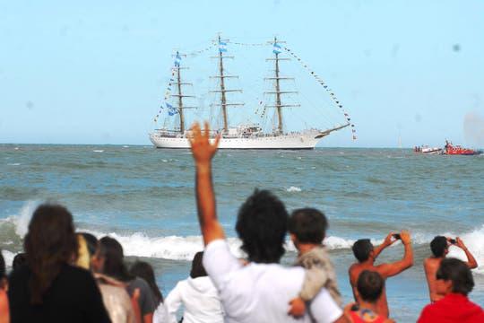El buque escuela entró a la instalación portuaria a la hora señalada; tras una impecable maniobra de atraque, amarró finalmente en territorio argentino. Foto: DyN