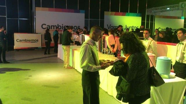 Sándwiches, gaseosas y café, parte del catering en el búnker de Cambiemos