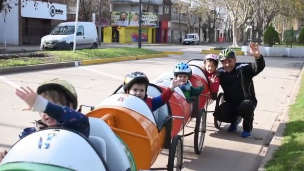 Osvaldo y sus nietos en la bici-tren
