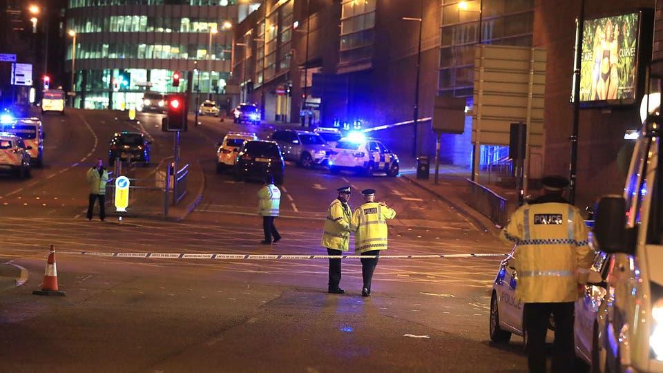 La policía local rodea el Manchester Arena, tras las explosiones. Foto: DPA