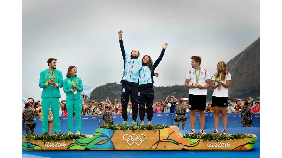 Santiago Lange y Cecilia Carranza Saroli ganaron el oro olímpico de la clase Nacra 17 de Yachting, en el Club Marina da Gloria, en la Bahía de Guanabara, Río de Janeiro. Brasil, agosto 2016 . Foto: Nicolás Stulberg