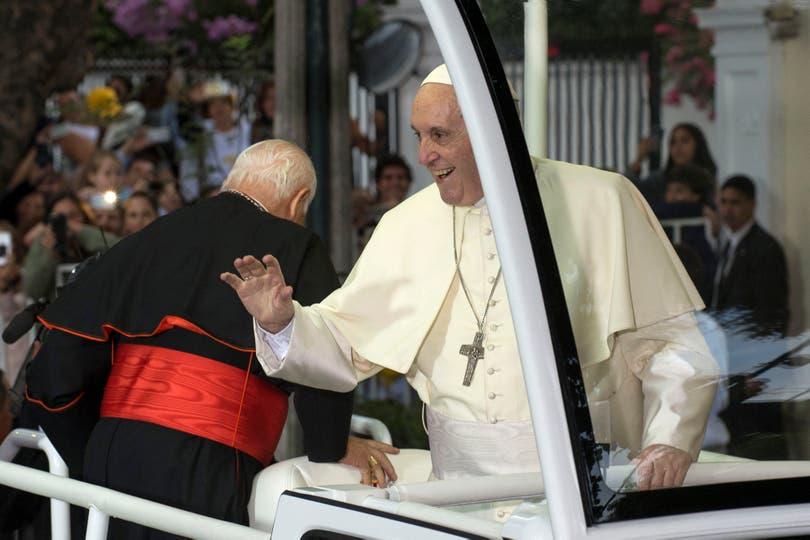El papa Francisco llegó a Chile ayer por la tarde y fue recibido por miles de personas que lo esperaban en las calles de Santiago