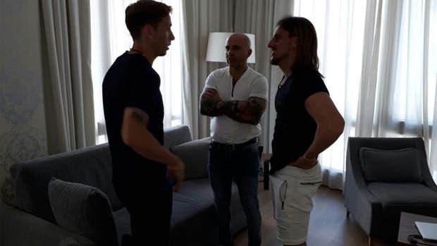 Sampaoli y Beccacece con Lucas Biglia