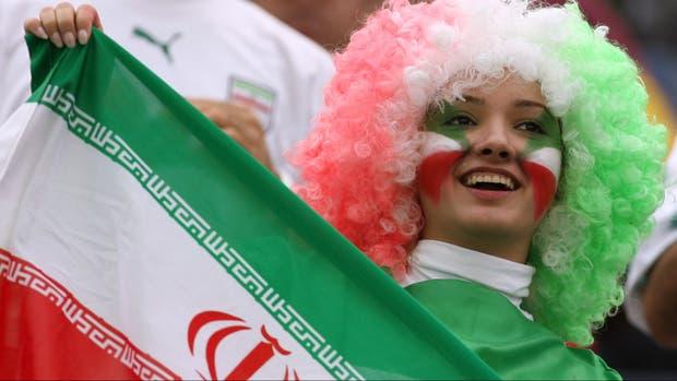 En Irán no pueden concurrir, pero en el último Mundial las mujeres iraníes sí pudieron alentar a su selección