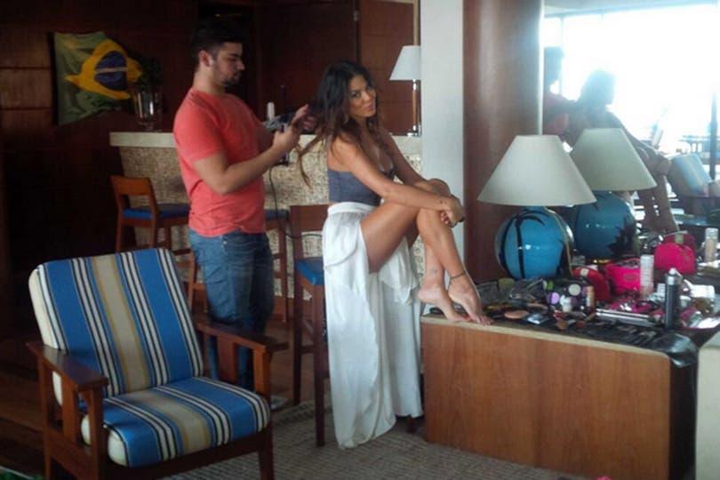 ¡Qué piernas! Así la peinaban antes de la producción. Foto: Twitter