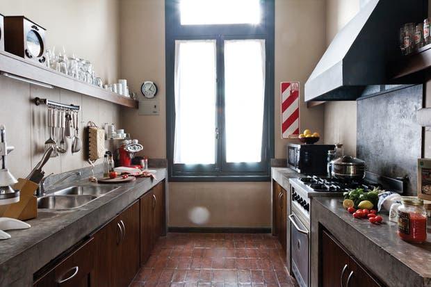 La cocina está abierta las 24 horas para los huéspedes, que muchas veces deciden prepararse una comida casera..