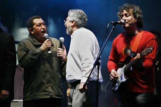 Lugo y Chávez cantan durante los festejos tras la asunción del ex presidente paraguayo en agosto de 2008. Foto: Archivo