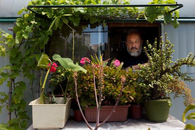Andrés disfruta al máximo de su nuevo hogar y del cuidado del pequeño jardín que corona la entrada