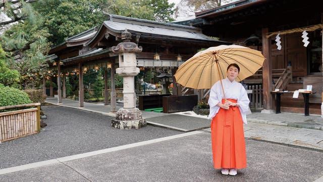 La guía de un templo sintoísta en Kanbara