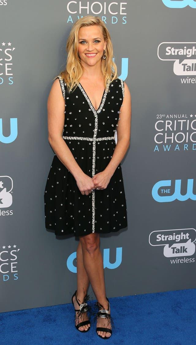 Reese Witherspoon, una de las pocas que fue de falda corta, lució un vestido de color negro con pedrería de Prada
