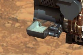 El robot Curiosity exhibe una muestra del suelo marciano pulverizado para analizarla en su laboratorio