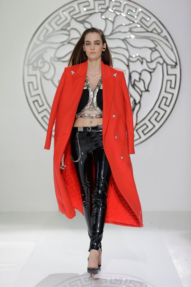 Cuero, brillos y color en un look neogótico de Versace en Milan Fashion Week.  Foto:  Archivo
