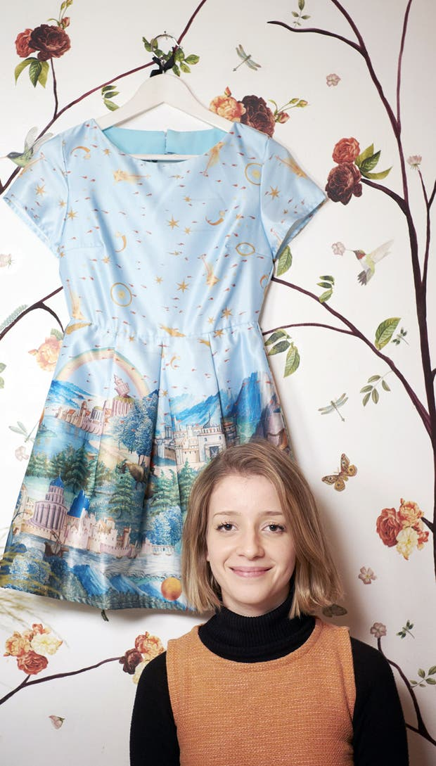 La joven diseñadora, con uno de sus diseños inspirados en el trabajo de El Bosco, de fondo