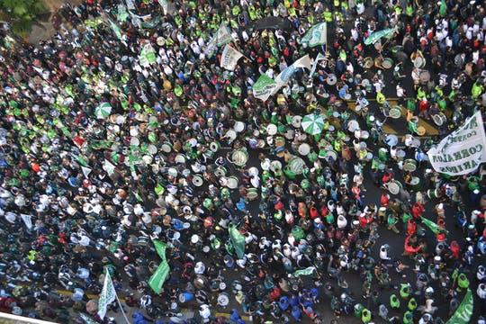 Miles de manifestantes llegaron a la Plaza de Mayo; Moyano encabezará el acto de protesta convocado por la CGT. Foto: DyN