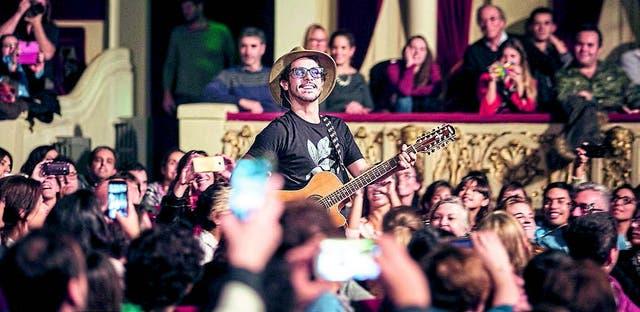 En medio de la faena, el músico se pasea por los pasillos para el deleite de sus fans
