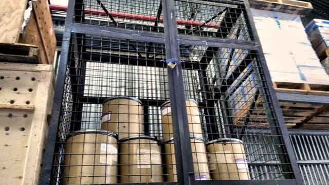 Doce barriles de efedrina fueron encontrados en un depósito luego de un allanamiento en el aeropuerto de Ezeiza. Foto: Ministerio de Justicia y Seguridad GCBA