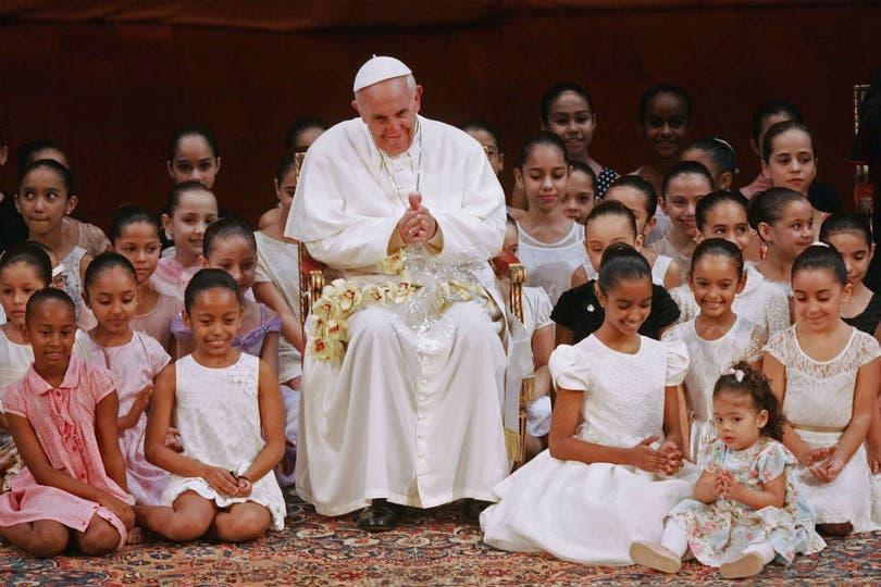 Francisco se rodea de chicos durante un acto el sábado por la mañana. Foto: AFP