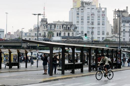 Ante la falta de gran parte del transporte público, muchos decidieron salir en auto, por lo que en las calles circulan muchos más vehículos particulares que los que se pueden ver cualquier día de semana. Foto: DyN