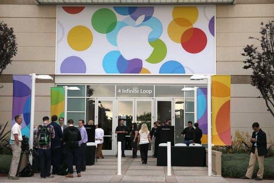 La entrada de la oficina central de Apple, adecuada para el lanzamiento del nuevo iPhone. Foto: AFP