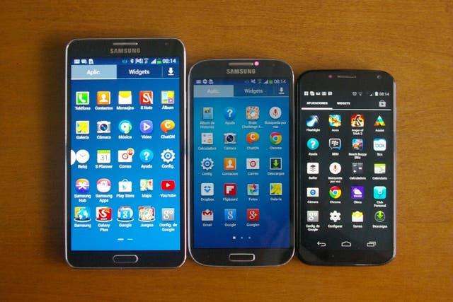 Un Samsung Galaxy Note 3 junto a un Galaxy S4 y un Motorola Moto X