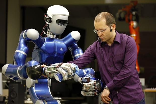 Un robot humanoide de la agencia espacial alemana ensaya algunos movimientos para poner a prueba sus extremidades