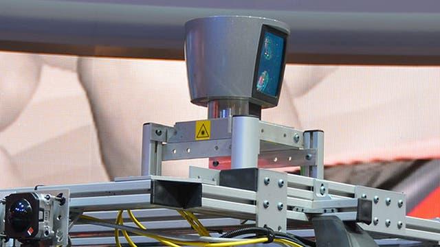 Los sistemas LIDAR actuales suelen ser voluminosos y caros, como este modelo utilizado en un vehículo autónomo