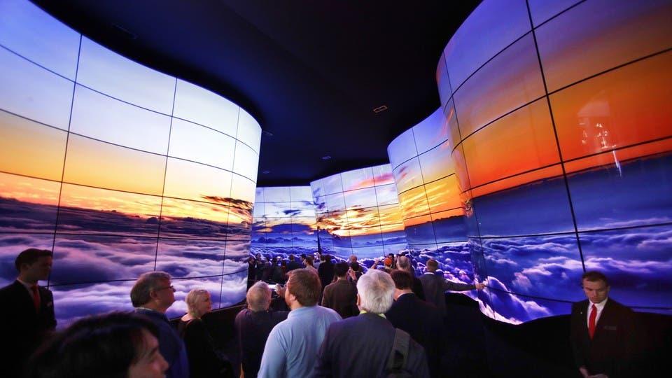 Durante la muestra que se realiza en Las Vegas se presentaron soluciones de casas inteligentes, pantallas curvas, nuevos robots y, claro, coches autónomos. En la imagen, las pantallas curvas en el stand de LG