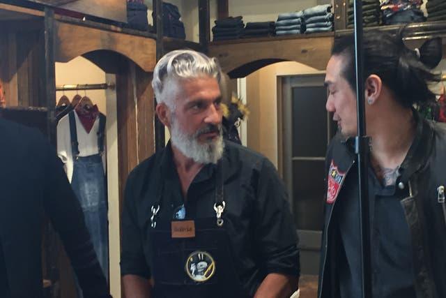 Gustavo Samuelián, diseñador de Bolivia, hablando en su local de Palermo con uno de sus modelos