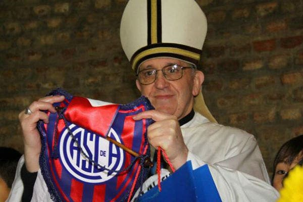 Bergoglio con el banderín del Ciclón