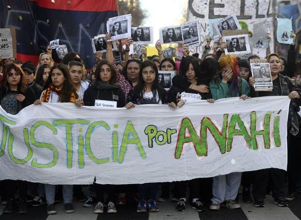 Amigas de Anahí marcharon ayer para reclamar justicia