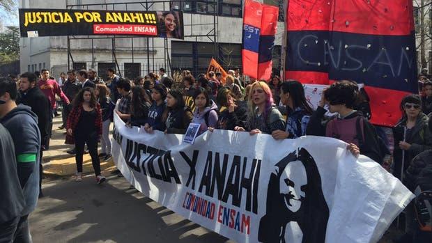 Familiares, amigos y compañeros de escuela de Anahí marcharon ayer frente a los tribunales.