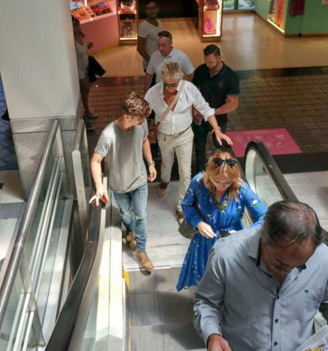 El cantante en un shopping del barrio porteño de Palermo