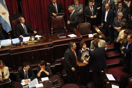 Senadorers reuniidos en el recinto esperando un quórum que nunca llegó. Foto: LA NACION / Maxie Amena