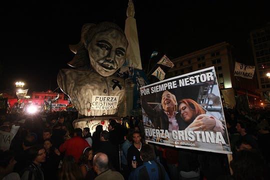Las personas comenzaron a hacer cola para poder entrar en la Casa Rosada desde muy temprano y pasaron la noche en la pLaza. Foto: LA NACION / Fabián Marelli