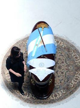 Cristina Camina alrededor del féretro de su marido en el Salón de los Patriotas de la Casa Rosada. Foto: Presidencia de La Nación