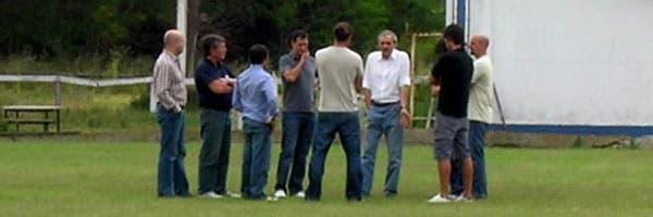 Cappa, con los dirigentes del Lobo, en Estancia Chica. Crédito: www.letrag.net