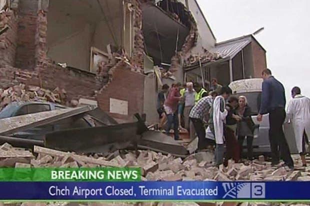 Los rescatistas evacuan a las personas atrapadas tras un derrumbe