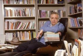 Harold Bloom nació en Nueva York en 1930. A los 81 años, sigue enseñando en las universidades de Nueva York y Yale. Es autor de dos docenas de ensayos sobre literatura, varios de ellos premiados