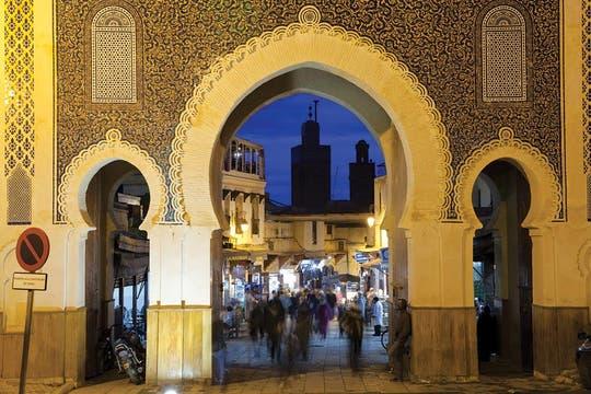 Arco histórico. La Puerta Bab Bou Jeloud, construida en 1913, acceso principal a la medina Fez el-Bali, es conocida para los occidentales como la Puerta Azul