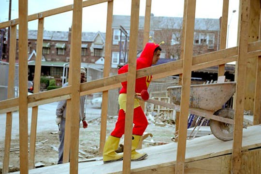 El Chapulín Colorado, es Adalberto Lara, trabaja en la construcción y manda 350 dolares por semana. Foto: www.dulcepinzon.com