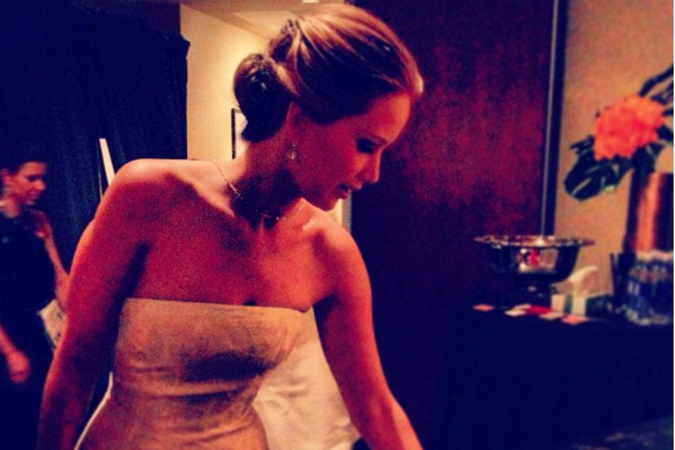 Jennifer Lawrence relajándose luego de presentar a Adele. Foto: /Instagram