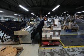 Los empleados pusieron ayer en marcha las máquinas en Donnelley, pese a la quiebra de la filial local