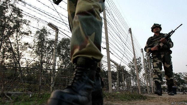 Muros y alambradas entre India y Pakistán que se extienden por casi la mitad de los 2900 km de línea fronteriza.