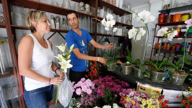 A la hora de comprar se conserva la tradición de los colores de las flores inventado por los griegos: las rosas blancas son para los aniversarios, las rojas para amores apasionados y los jazmines para los cumpleaños. Foto: LA NACION / Ricardo Pristupluk