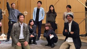 Narukawa (arrodillado en la primera fila a la izquierda) con alumnos de su laboratorio en la universidad de Keio, en Tokio.
