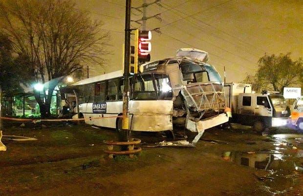 El interno 4061 de la línea 503 quedó destruido al ser embestido por un tren en Mariano Acosta