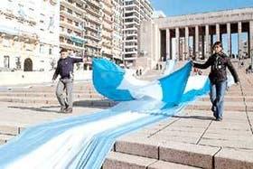 En el Monumento a la Bandera, en Rosario, comenzó a desplegarse la enseña patria que mide más de 9000 metros