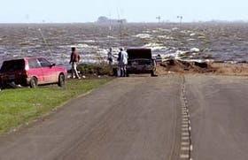 A la altura de Diego de Alvear, la ruta nacional 7 desaparece bajo el oleaje de La Picasa