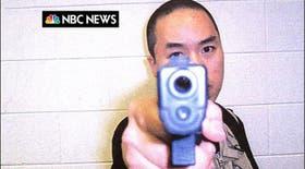 Entre el primero y el segundo tiroteo, Cho Seung-Hui envió por correo un paquete a la cadena NBC, con fotos suyas que lo muestran con armas en las manos y un video con frases furiosas y obscenas